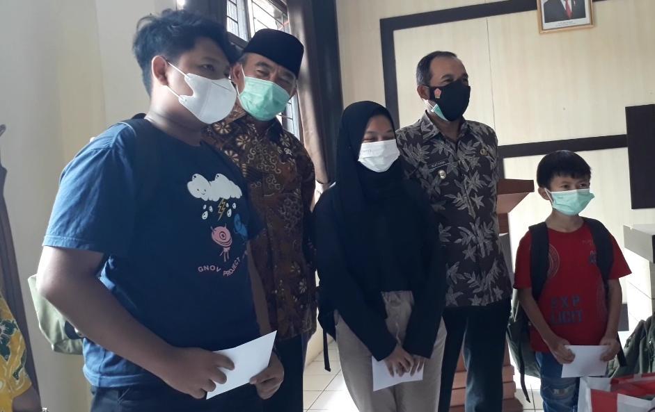 Menko PMK Bersama Plt. Walikota Cimahi Beri Bantuan Untuk Anak Yatim Akibat Covid-19